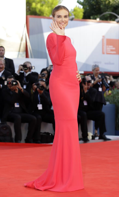 Kasia Smutniak caminó por la alfombra roja con un vestido espectacular en el mismo tono.