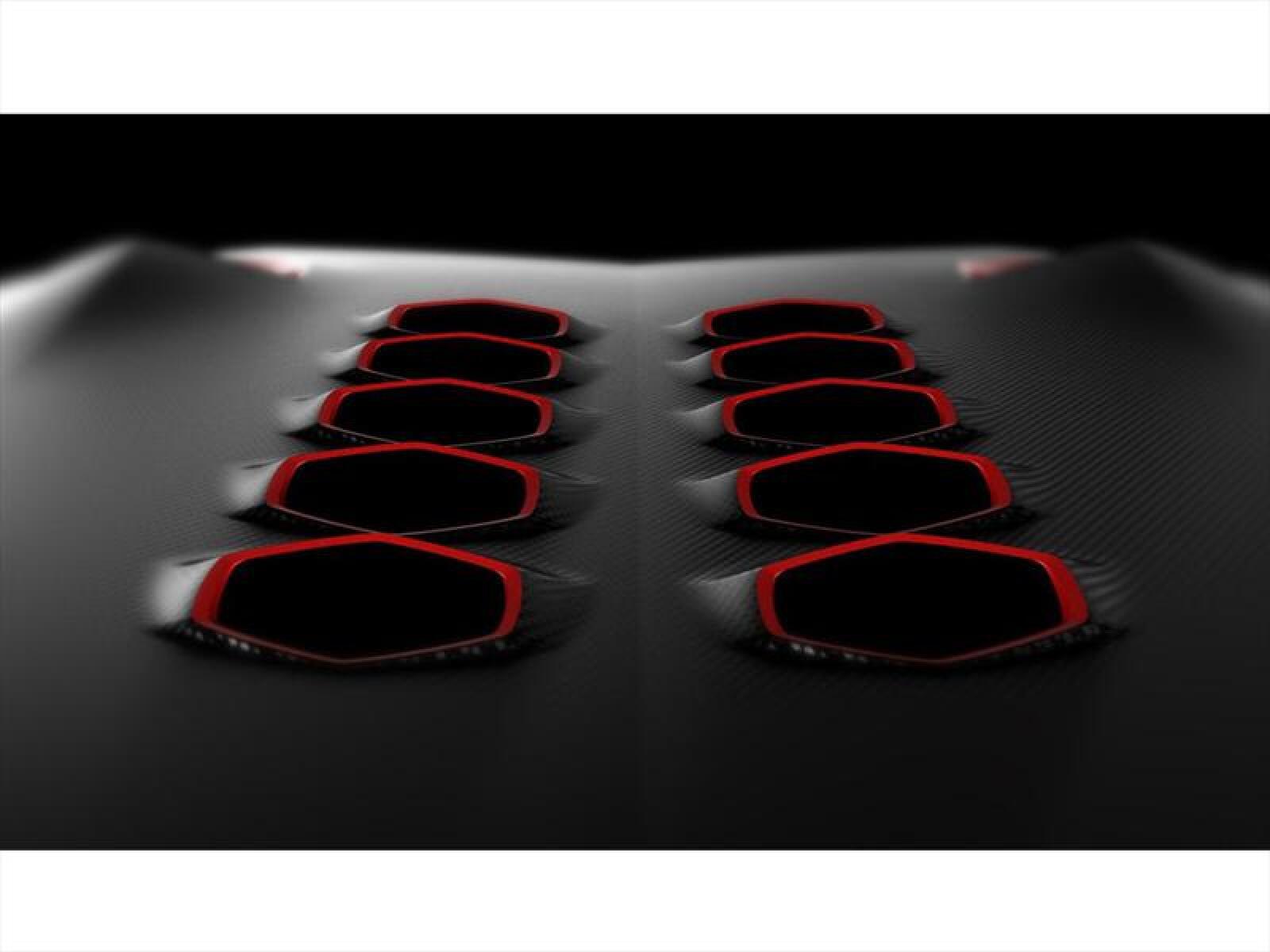 El peso total es de menos de una tonelada (999 kg), que combinado con el poderoso motor V10 de 5.2 litros y 570hp, le permiten obtener un 0 a 100 km/h en apenas 2.5 segundos.