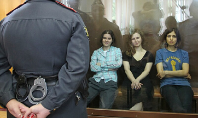 A principios de año, las integrantes de Pussy Riot irrumpieron en una iglesia acusando presunto apoyo al entonces candidato presidencial Vladimir Putin. (Foto: AP)