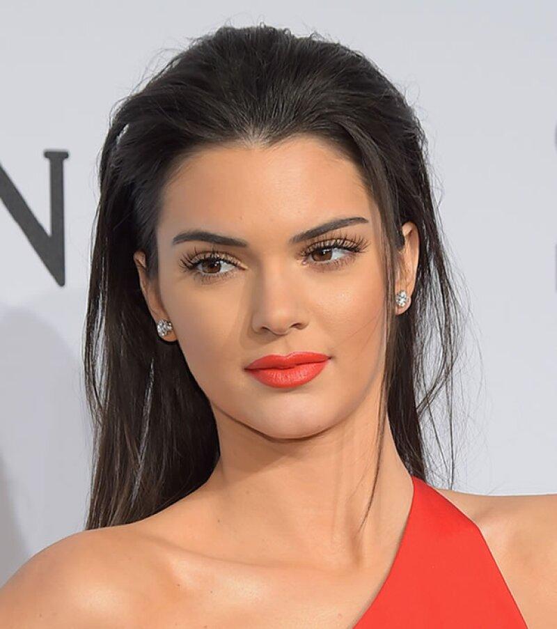 Kendall Jenner también se une a la tendencia con un tono brillante y mate.