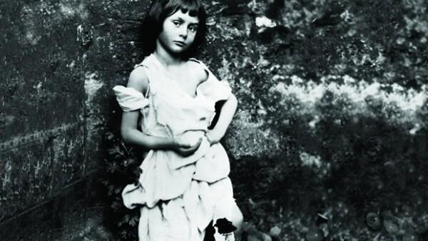 Un supuesto amor platónico por una niña bien fue la razón por la que Lewis Carroll escribió, a mediados del siglo XIX, Alicia en el país de las maravillas, relato que Tim Burton lleva al cine.