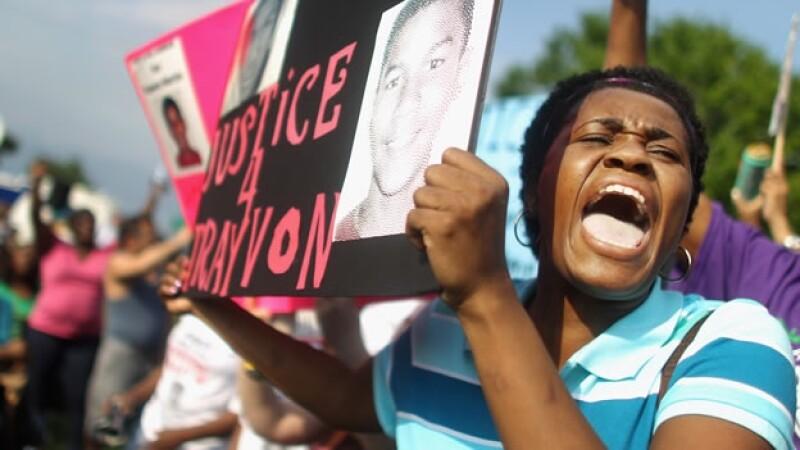 Una mujer protesta por el asesinato de Trayvon Martin