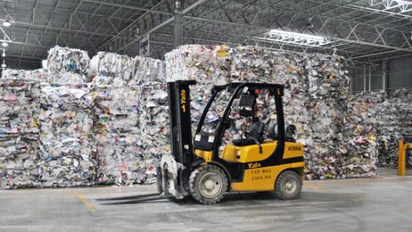 Foto 6. Montacargas que alimentan la l�nea para el inicio del reciclaje.