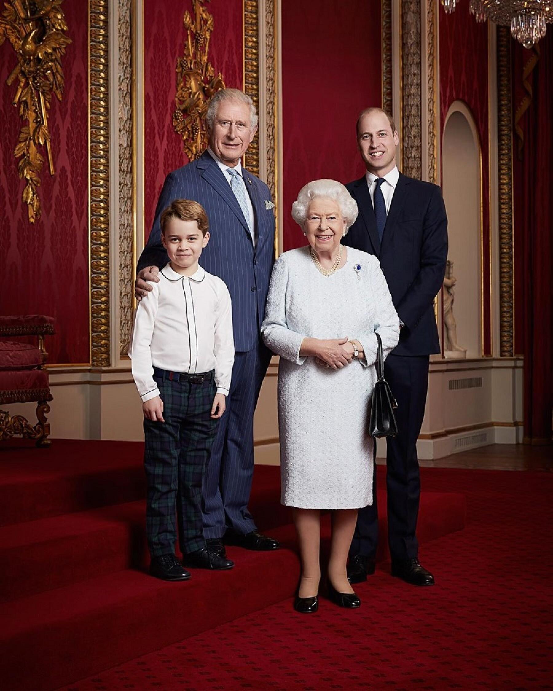 Príncipe Carlos, príncipe William, príncipe George y la reina Isabel II