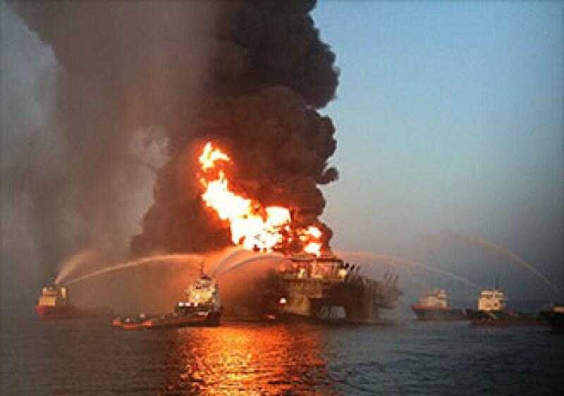 Unos barcos bomberos tratan de apagar las llamas en la plataforma Deepwater Horizon en el Golfo de México. (Foto: Cortesía CNNMoney)