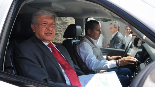 López Obrador dijo a los reporteros que tiene contacto con militares en los retenes, pues, no utiliza aviones.