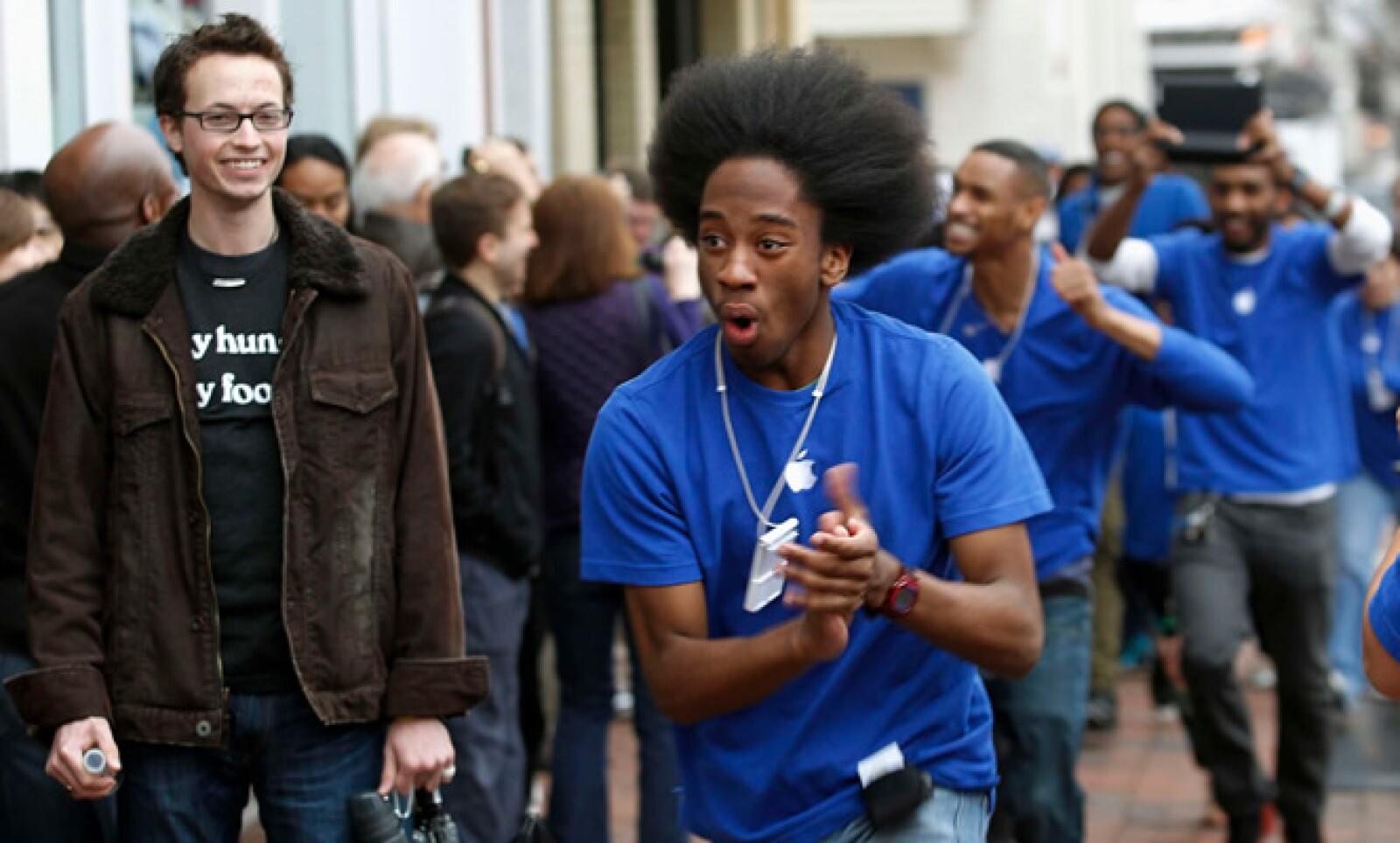Los empleados de Apple animaron a los compradores, después de haber pasado varias horas formados para ser de los primeros en tener este equipo.