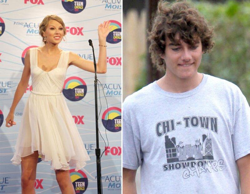 La cantante de country rentó un avión para ver a su novio, de quien dice está muy enamorada. Al parecer las cosas entre ellos dos va muy en serio.