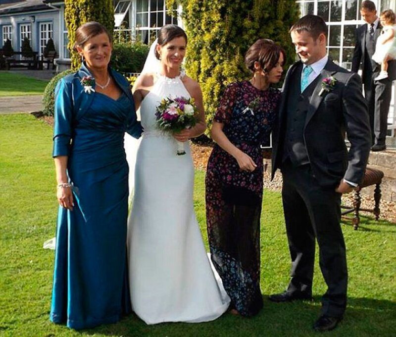 La madre de Cathriona, Birigid, Cathriona y su hermano James en la boda de su hermana Lisa.