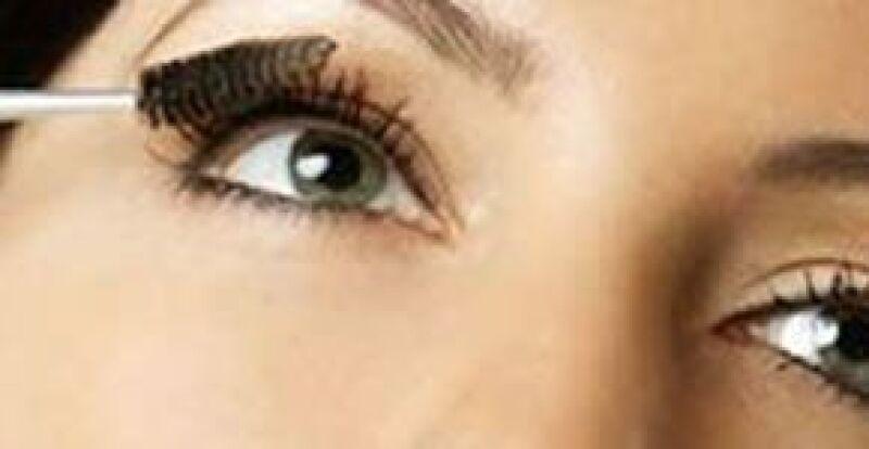 No descuides ningún detalle en delineado, cejas y pestañas para una mirada que cautive.