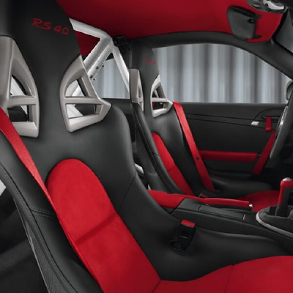Su interior cuenta con asientos de piel, volante deportivo y espacio para dos personas.