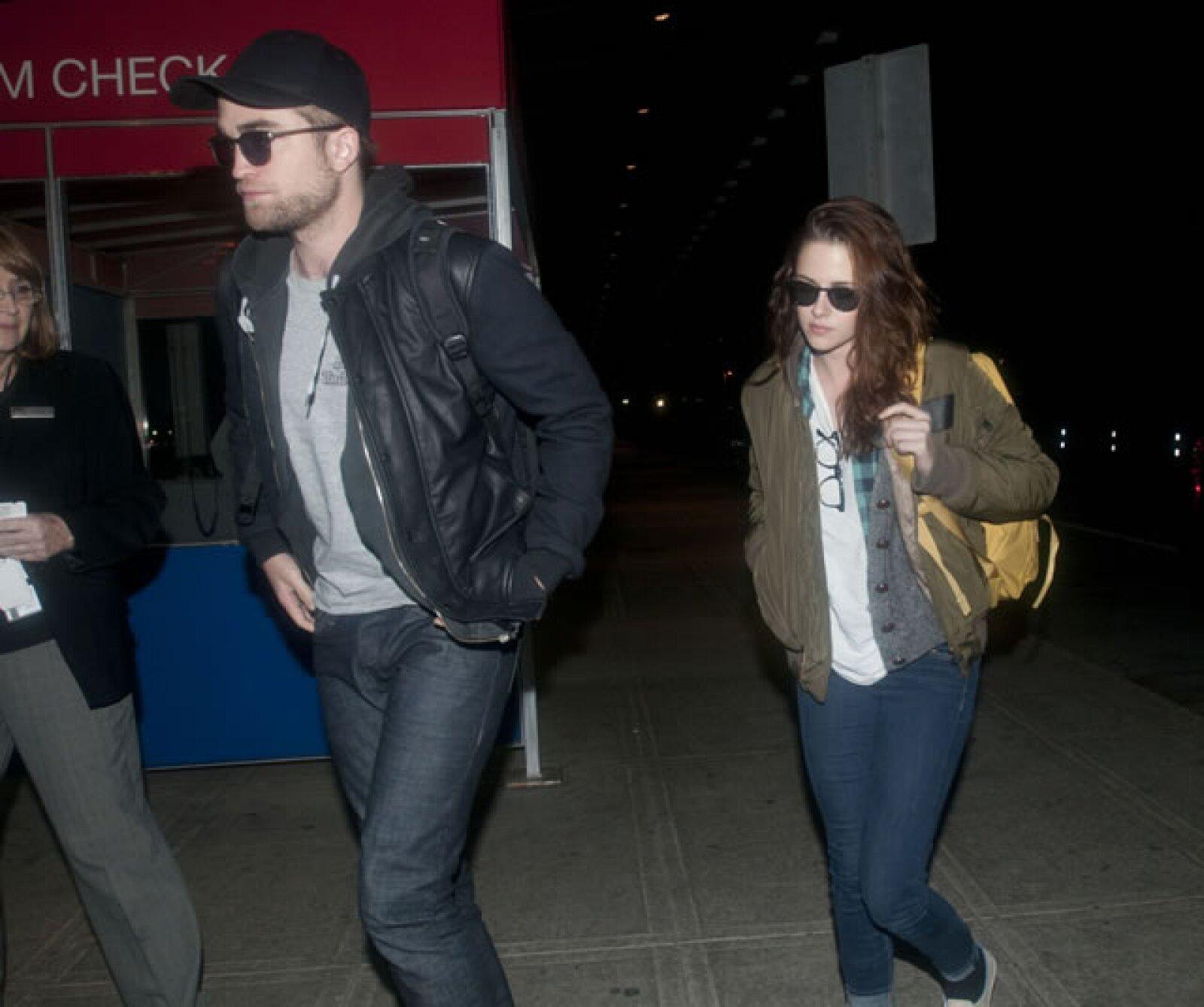"""Robert Pattinson y Kristen Stewart-""""Kristen engañó a Robert con un director casado luego el se lo regresó. Es más indulgente que Adele usando negro en un cuarto oscuro´."""