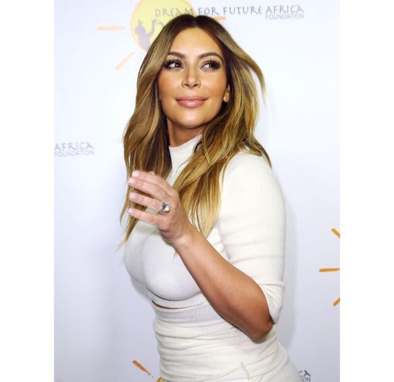 La mediana de las Kardashian dejó ver las curvas de su cuerpo en un vestido entallado.