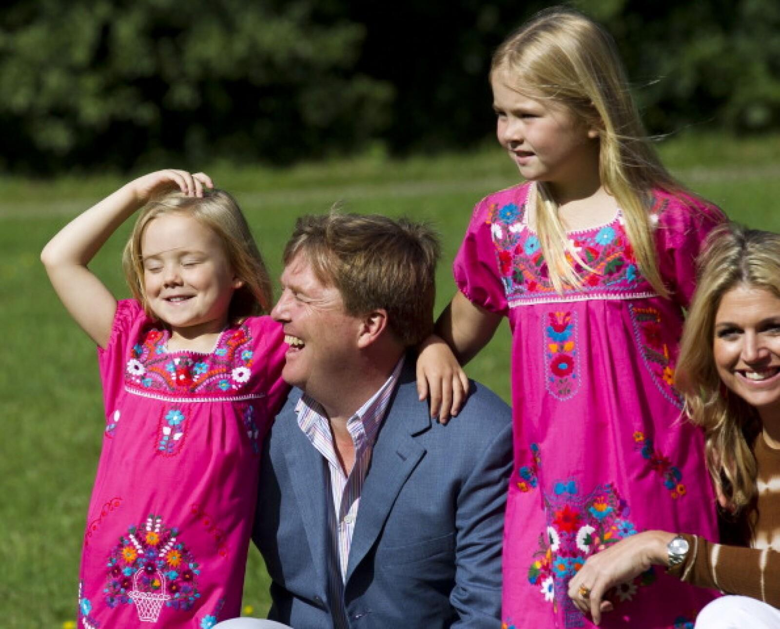 El rey Guillermo de Holanda junto a dos de sus hijas.