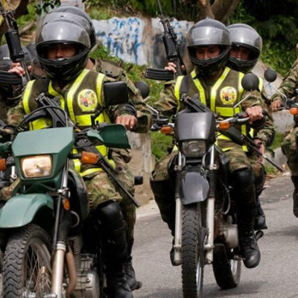 Soldados patrullan durante las elecciones en Colombia