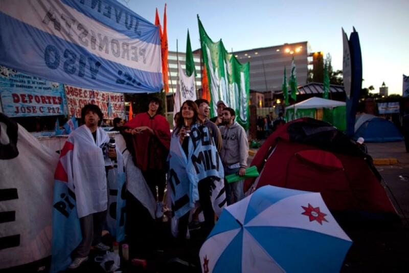 La presidenta de Argentina se operó hoy en Buenos Aires debido al cáncer de tiroides que padece. Muchos simpatizantes acudieron a las afueras del hospital para apoyarla.