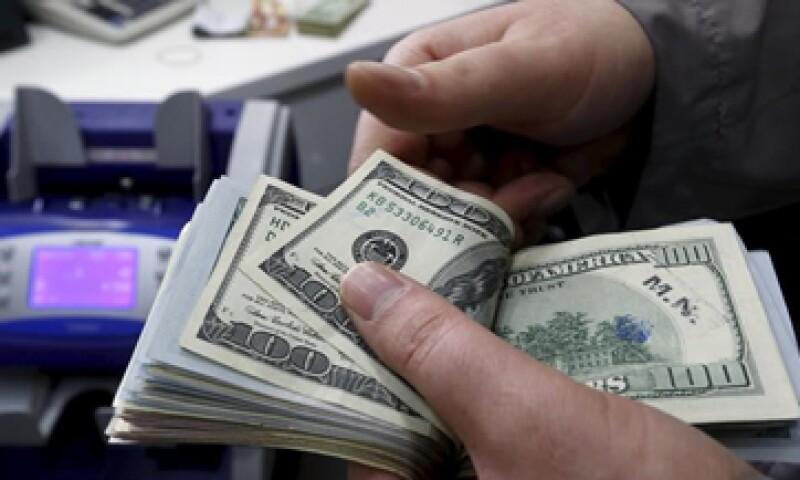 El dólar se ubica en 16.37 pesos a la compra en bancos. (Foto: Reuters)