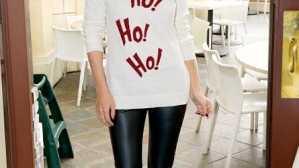 Lauren Conrad combina su suéter navideño con un par de leggings de piel.