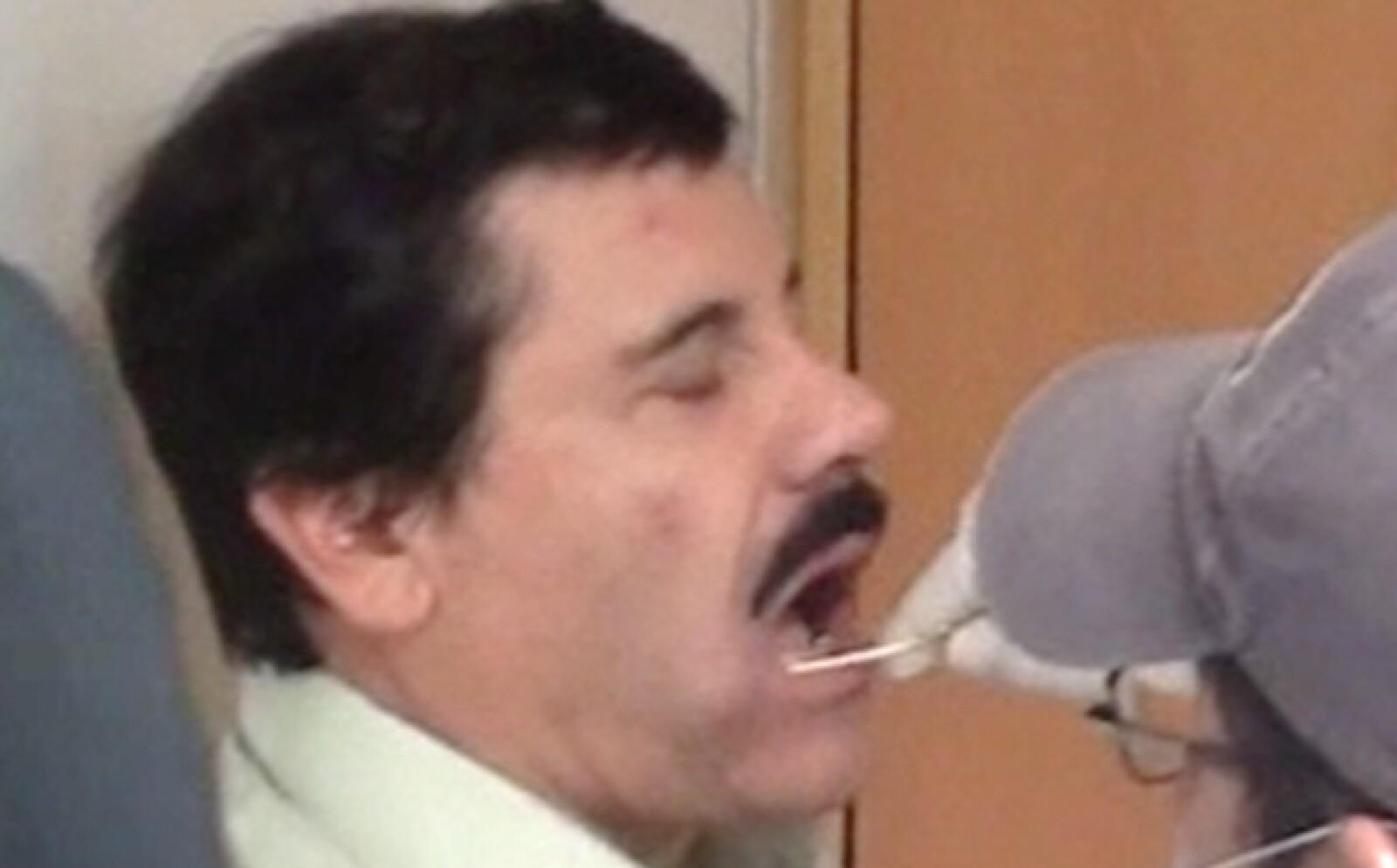 Los especialistas  realizaron primero un aspado (raspado) bucal a El Chapo con el fin de extraer una muestra de su ADN, para compararla con el ADN  de  algunos de sus familiares a los que también se les realizó dicha prueba.