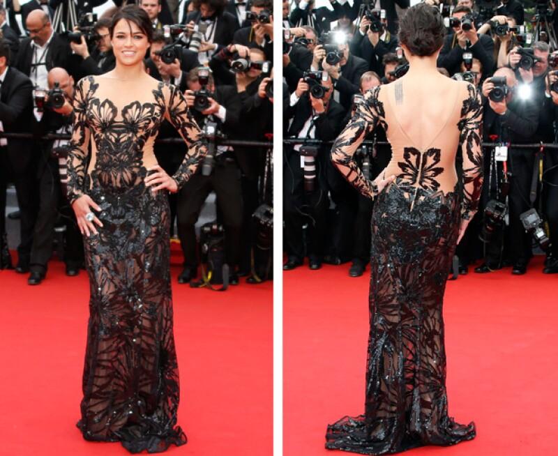 La actriz lució su atlética figura en este sexy vestido de transparencias.