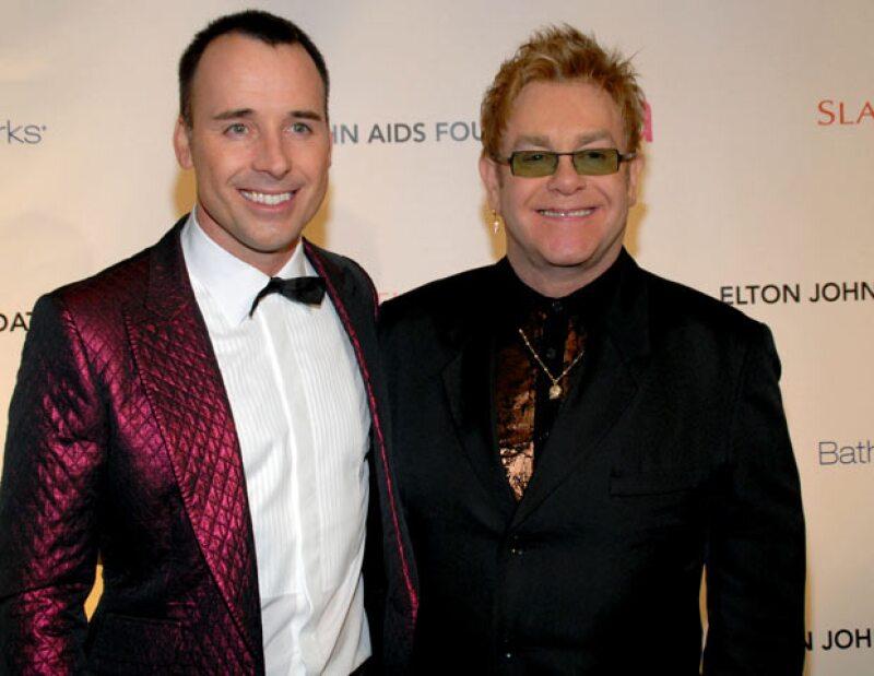 El británico y su compañero David Furnish se convirtieron el 25 de diciembre de 2010 en padres del pequeño Zachary gracias a un vientre de alquiler.