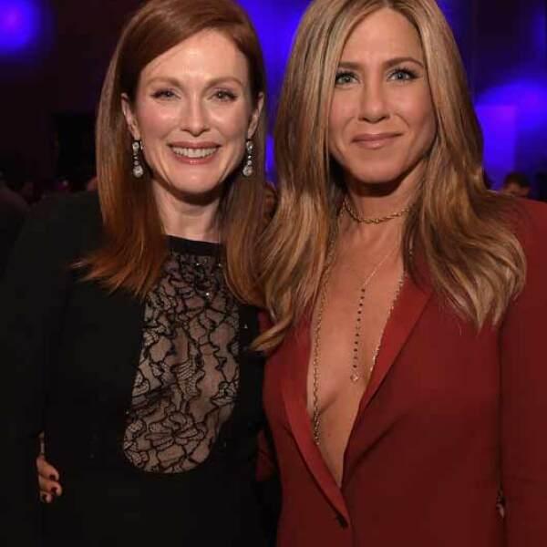 Julianne recibió el apoyo y los aplausos de Jennifer al recibir el premio a Mejor Actriz.
