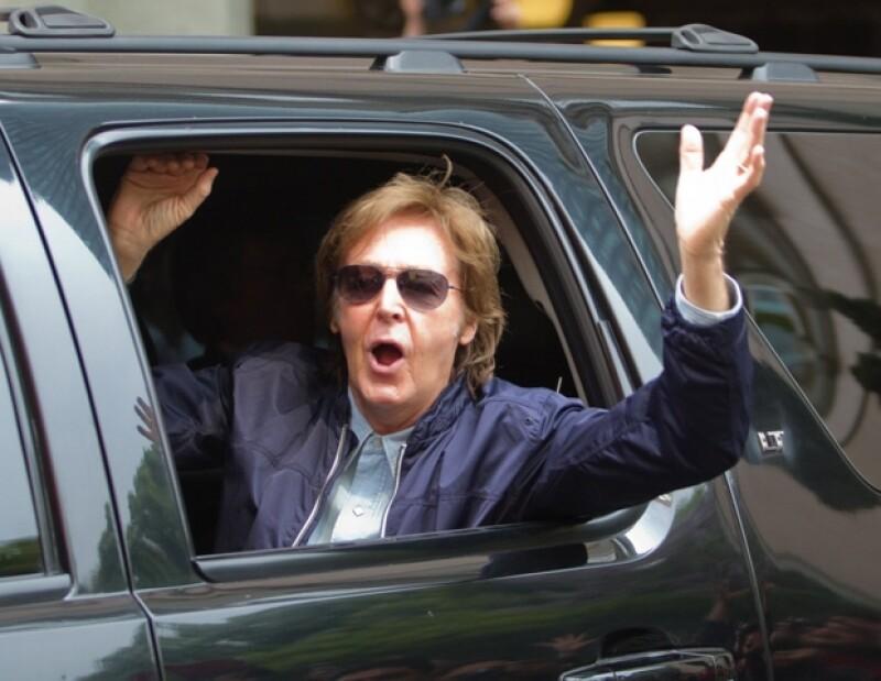 El cantante saludó a todos los fans que se encontraban afuera del hotel, ubicado en Reforma.