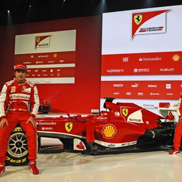 Fernando Alonso, corredor español de Fórmula Uno y Felipe Massa, corredor de Brasil, asistieron a la presentación del auto.