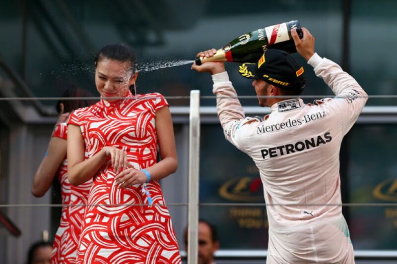 El piloto británico quien se coronó ganador del Gran Premio de China el fin de semana roció con champaña a una edecán al momento de celebrar su triunfo en el podio.