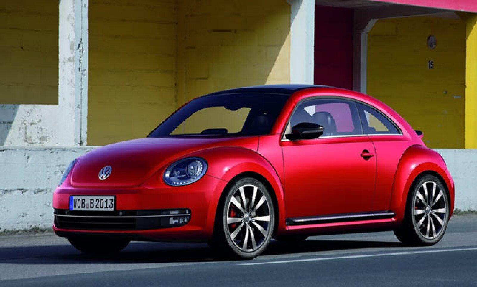 La automotriz alemana Volkswagen rediseñó el icónico Beetle, 13 años después de su introducción al mercado y lo presentó por primera vez en al AutoShow de Shanghai.