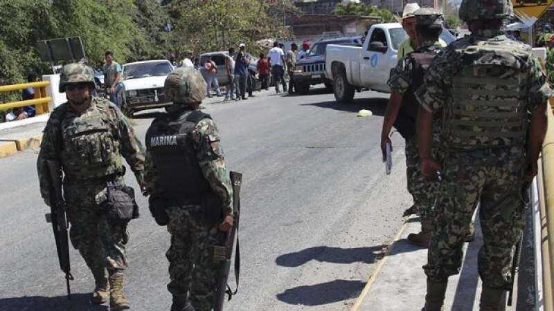 Elementos federales resguardando la entrada de Aquila, Michoacán