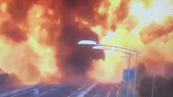 La explosión de un camión cisterna desata un enorme incendio en Italia