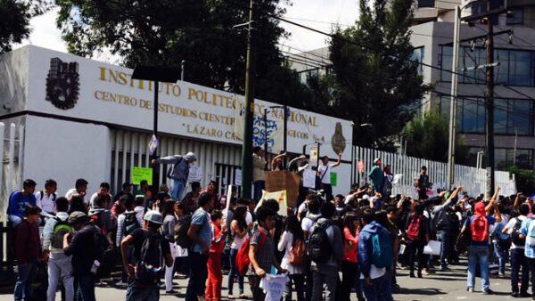 Los alumnos del plantel colocaron carteles en las rejas del plantel para exigir la derogación del nuevo plan de estudios y del reglamento aprobado el miércoles por el Consejo General Consultivo del IPN.