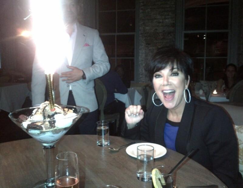 Khloé compartió esta foto donde se ve a su mamá festejando.