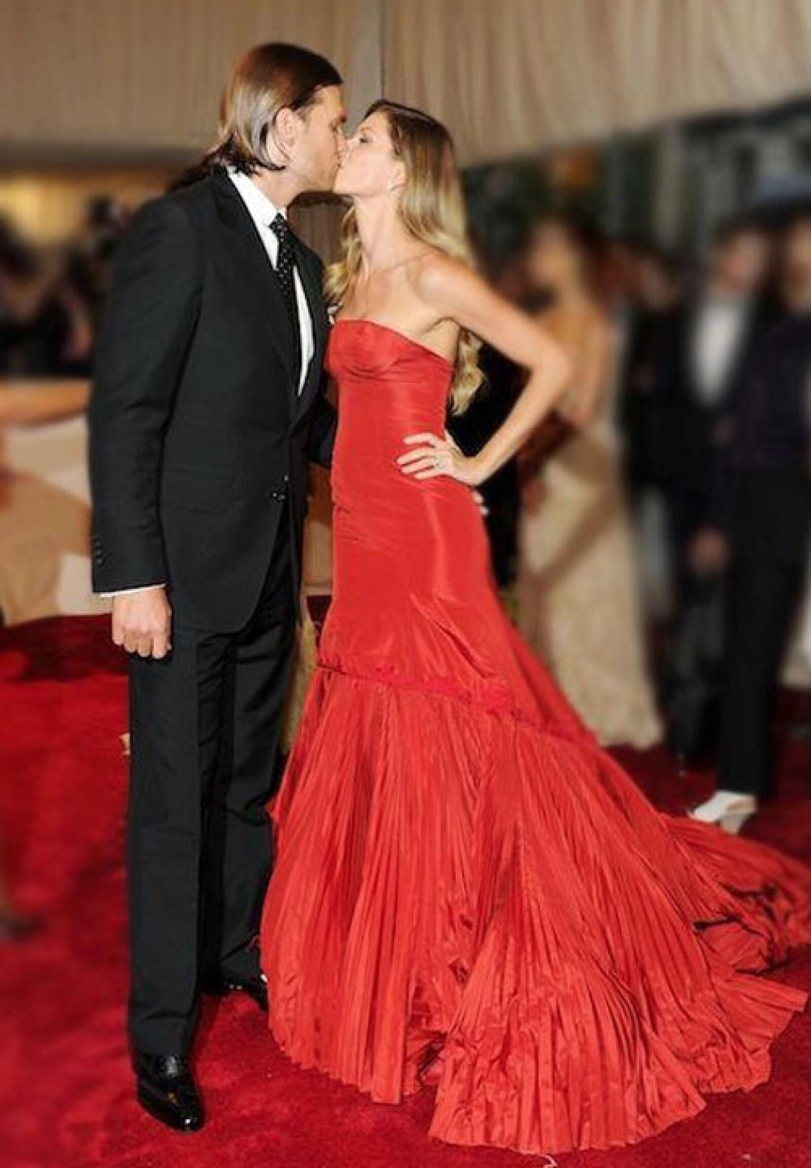 Gisele Bundchen compartió esta foto con su también guapo esposo Tom Brady en Facebook. ` Feliz Día de San Valentín a todos, derrochemos amor´, comentó.