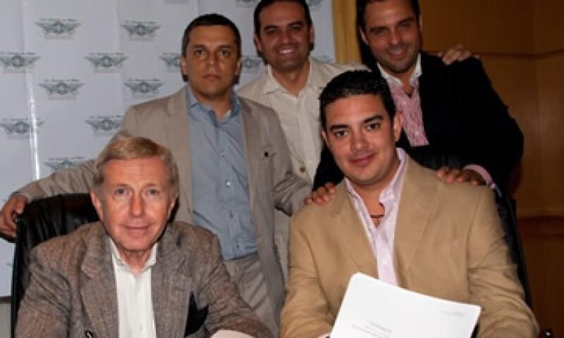 De izquierda a derecha, el CEO de Wingstop, James Flynn, José Luis Serrato, Marco Torres, Antonio Domínguez y José Francisco Cantú  (sentado). (Foto: Cortesía Wingstop)