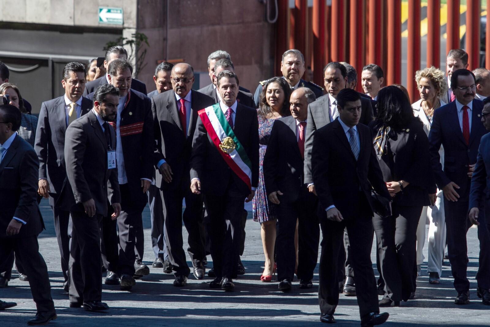 Priistas arropan a Peña Nieto a su llegada a San Lázaro