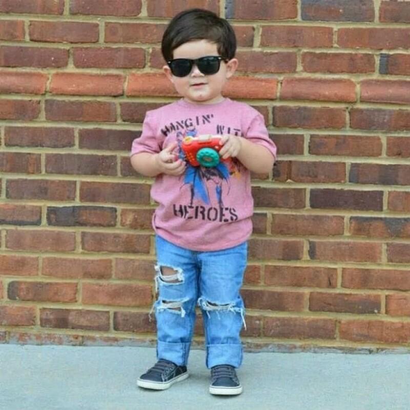 Mauri usando una t-shirt de Target, jeans de JC Penney y zapatos de Children's Place.
