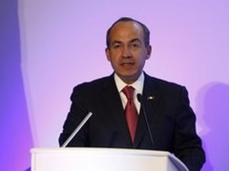 Felipe Calderón visitó este martes las instalaciones de la petrolera BP en Escocia. (Foto: AP)