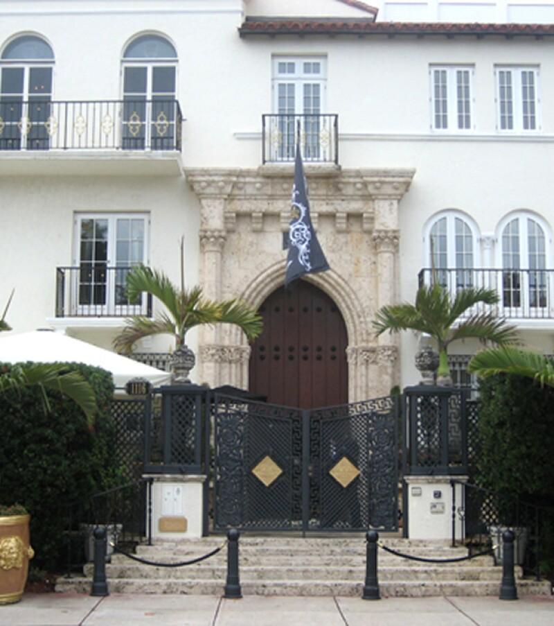 La mansión construida por el desaparecido diseñador Gianni Versace fue puesta a la venta, eportaron aquí fuentes de bienes raíces.