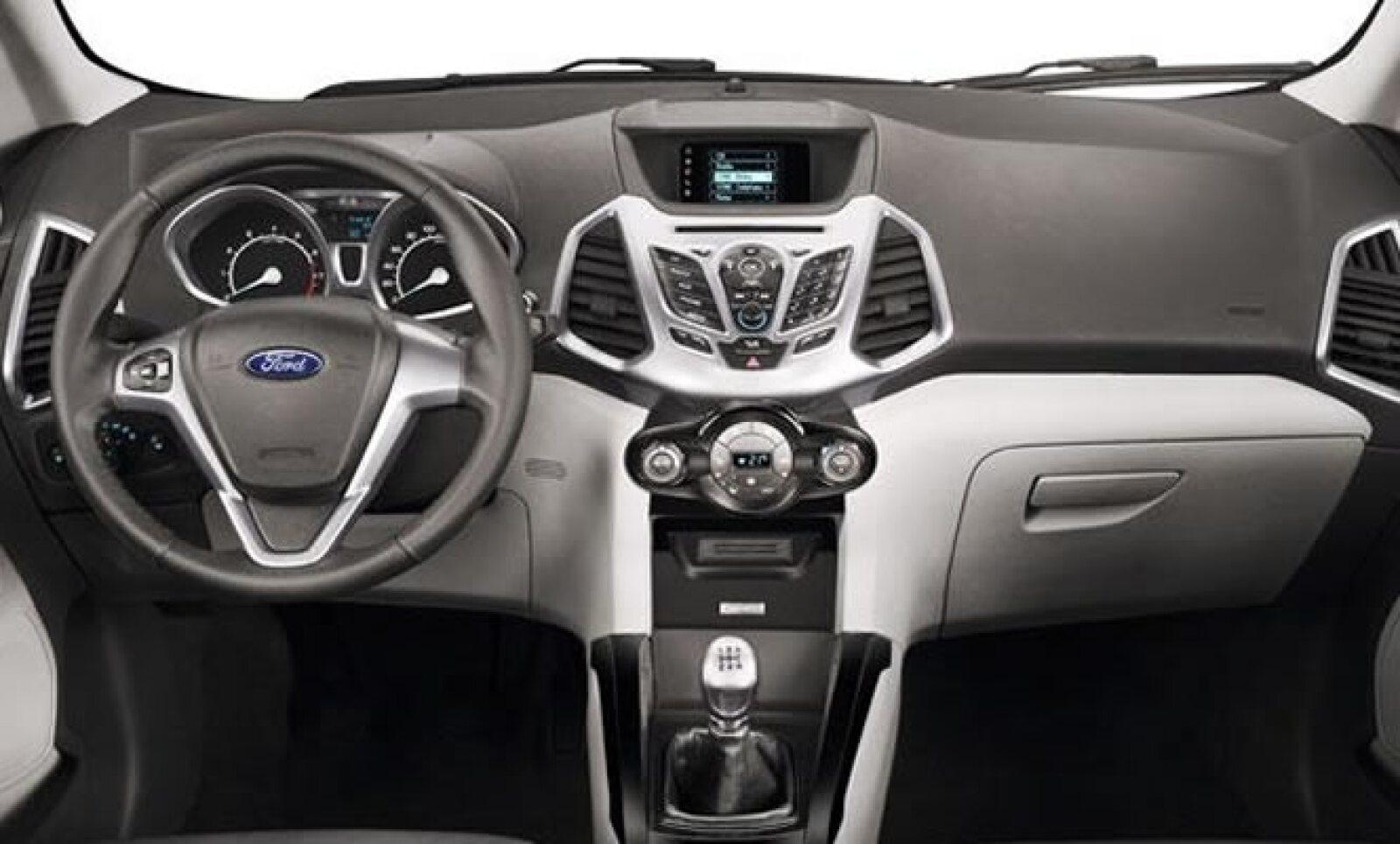 Hay dos niveles de confort, SE y Titanium. De serie, las dos configuraciones comparten el asiento del pasajero manual, controles para audio en el volante y columna de dirección abatible, entre otras características.