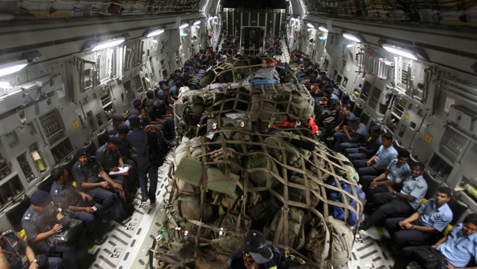 Elementos del Ministerio de Defensa de India y de los cuerpos de rescate de la Fuerza Aérea del país, rumbo a Nepal