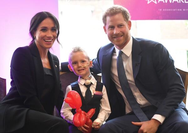 Harry y Meghan con niño en Well Child 2018