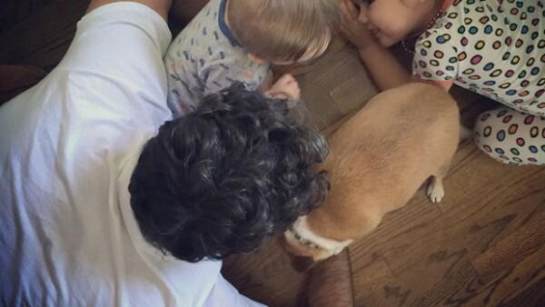 Sabemos que sus hijos son lo que más ama en este mundo, y esta imagen en la que lo vemos acompañado de los pequeños Jaime y Elena lo comprueba.