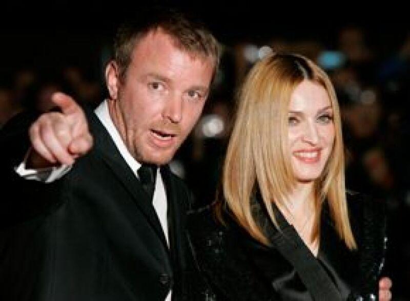 El aún esposo de Madonna se apoya en una fuerte asesoría legal para intentar que sus hijos se queden en el Reino Unido.