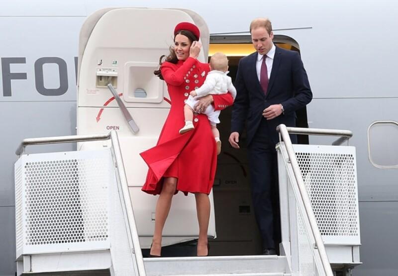 La más perturbada fue Kate Middleton, quien tuvo que descender del avión en medio de un agresivo clima intentando varias cosas a la vez: no caer con tacones, que su abrigo no exhibiera de más y protegiendo al príncipe de ocho meses que llevaba en brazos.