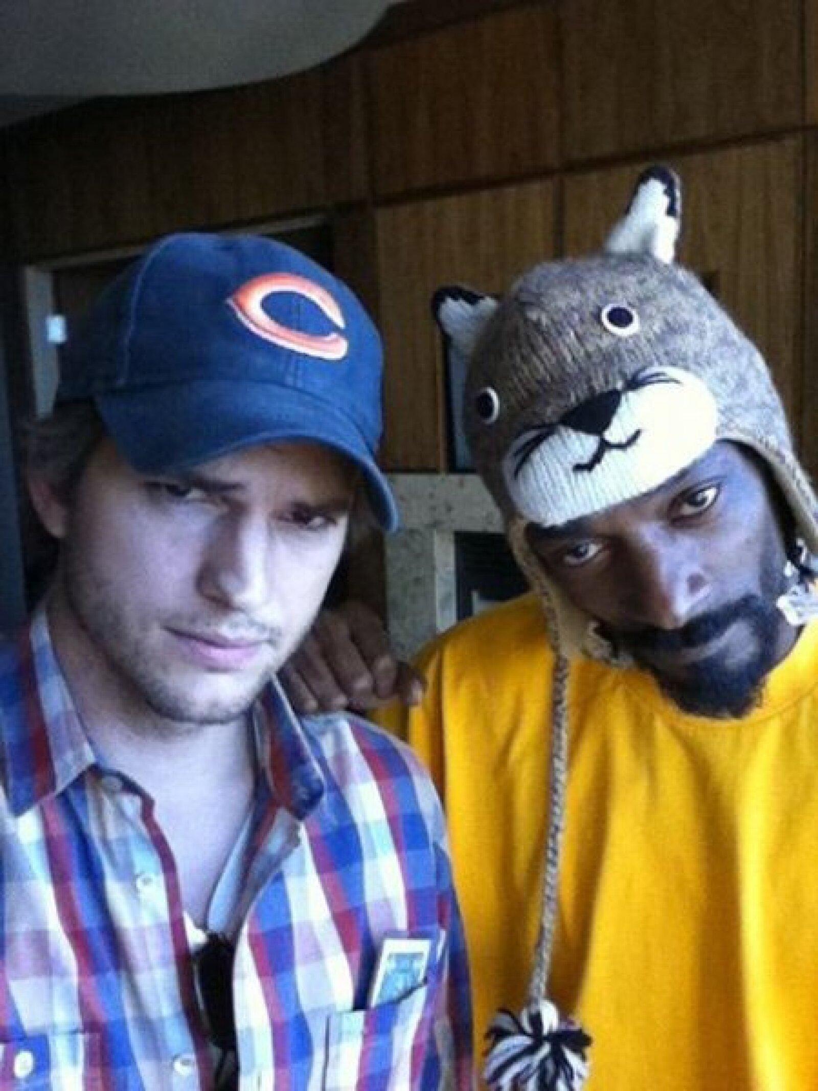 Ashton Kutcher y @Snoopdogg posando para la foto.