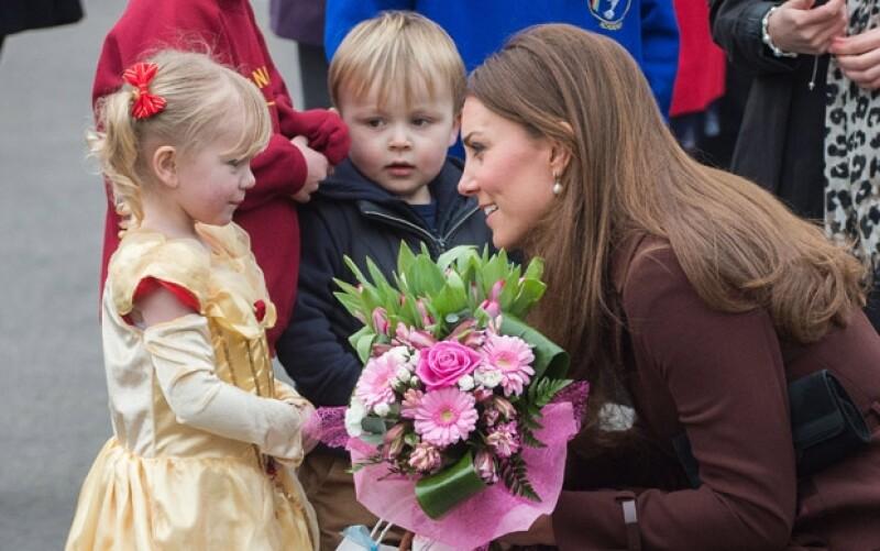 La Duquesa acudió este día al museo National Fishing Heritage Centre, donde fue recibida con flores y trajes para su primogénito.