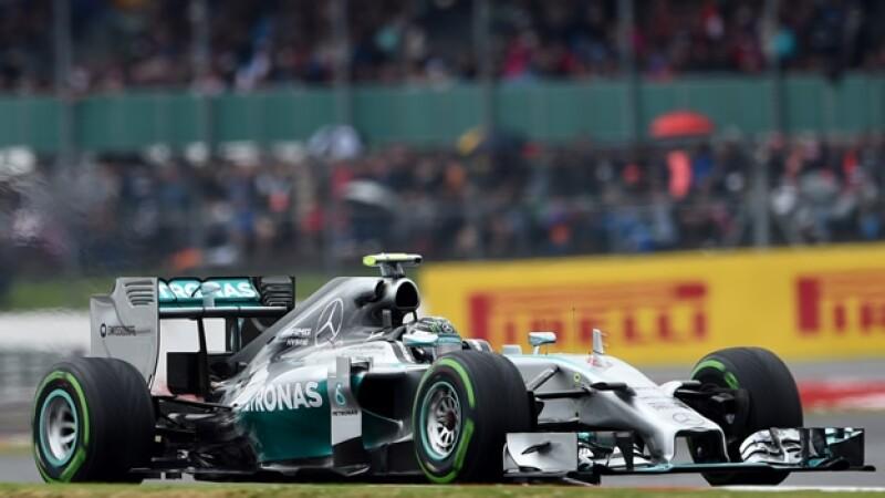 l piloto de Mercedes Lewis Hamilton conduce durante el Gran Premio de Bretaña que se llevó a cabo este domingo