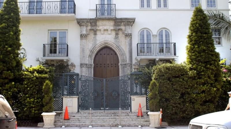 entrada de la mansion de versace en miami